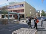 Genève, Pâquis, rue du Môle : Une zone de rencontre pionnière à Genève, qui a depuis fait largement ses preuves en contribuant à dynamiser la vie de quartier.